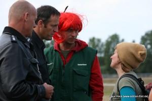 Robin Wood AktivistInnen im Gespräch mit der Polizei. (Foto: Claus A. Hock)