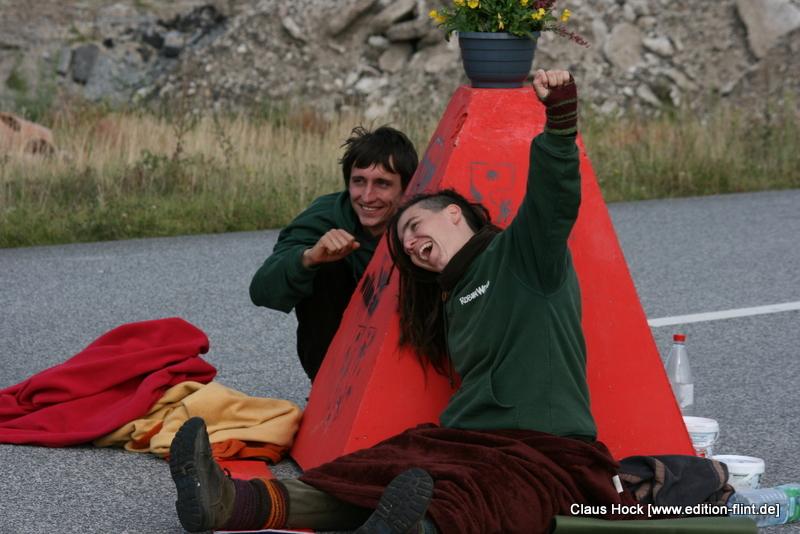 Robin Wood Aktivistin Lena zeigt ihre Freude über die gelungene Protestaktion. (Foto: Claus A. Hock)